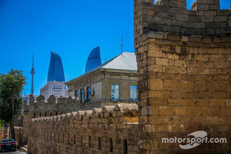 Старе місто Баку та Вогняні вежі