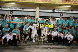 Winnaar Nico Rosberg, Mercedes AMG F1 Team viert met ploegmaat Lewis Hamilton, Mercedes AMG F1 Team