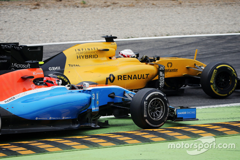 Kevin Magnussen, Renault Sport F1 Team RS16 and Esteban Ocon, Manor Racing MRT05 battle for position