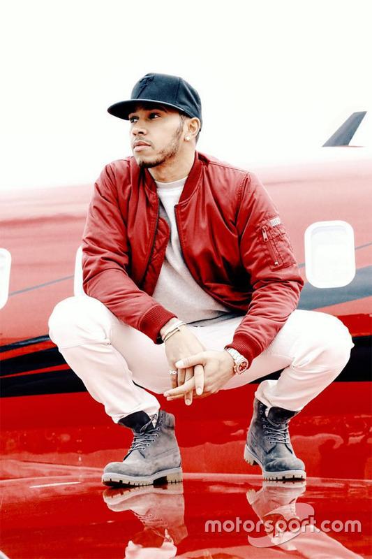 Lewis Hamilton posiert mit seinem Flugzeug