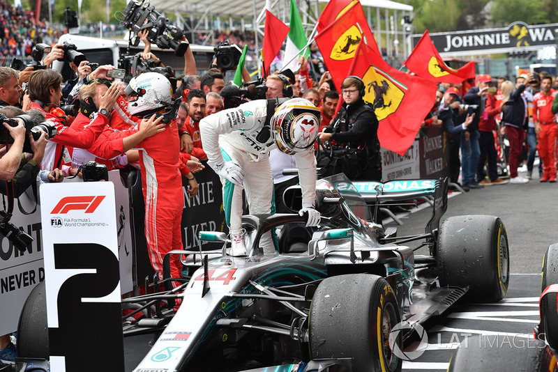 Yarış galibi Sebastian Vettel, Ferrari, 2. Lewis Hamilton, Mercedes AMG F1 W09, parc ferme