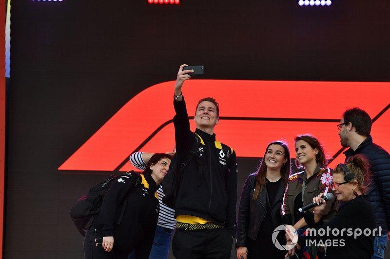 Renault takım çalışanı selfie yapıyor