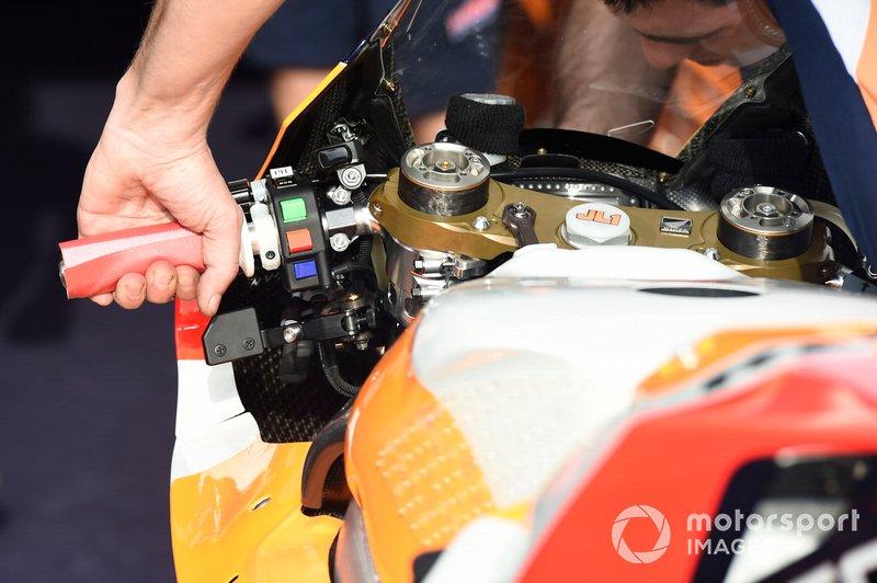 Detalles del manillar de la moto Honda