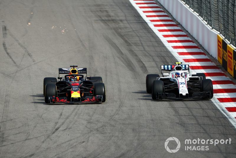 Daniel Ricciardo, Red Bull Racing RB14, pasa a Sergey Sirotkin, Williams FW41