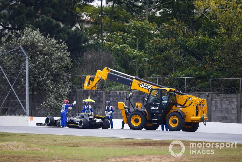 Маршали евакуюють болід Ніко Хюлькенберга, Renault Sport F1 Team R.S. 18.