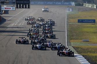 Start der Formel-3-EM 2018 in Hockenheim: Guanyu Zhou, PREMA Theodore Racing Dallara F317 - Mercedes-Benz, führt
