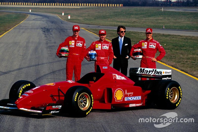 Eddie Irvine (izquierda), Nicola Larini, Luca Di Montezemolo y Michael Schumacher (derecha)