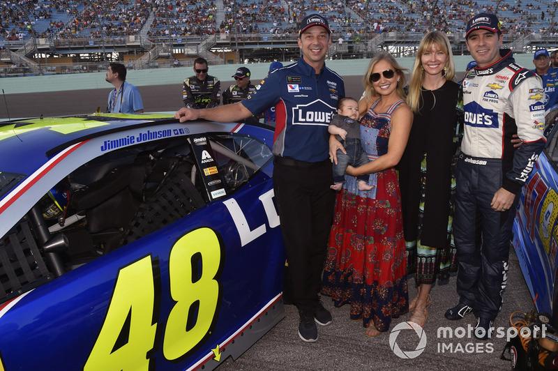 Jimmie Johnson, Hendrick Motorsports, Chevrolet Camaro, mit Ehefrau Chandra, Crewchief Chad Knaus und dessen Ehefrau Brookie
