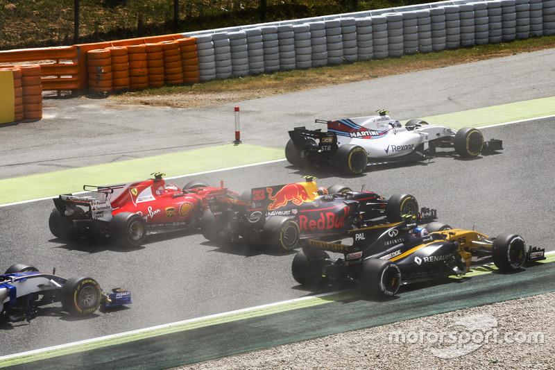 Felipe Massa, Williams FW40, Kimi Raikkonen, Ferrari SF70H, Max Verstappen, Red Bull Racing RB13, Jolyon Palmer, Renault Sport F1 Team RS17, en la arrancada