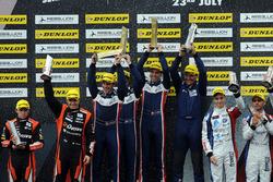 На подиуме победители гонки в категории LMP2, экипаж #32 United Autosports, Ligier JSP217 - Gibson: Уильям Оуэн, Юго де Саделер и Филипе Альбукерк