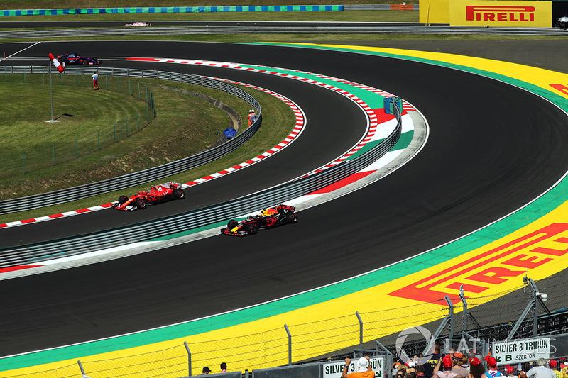 Daniel Ricciardo, Red Bull Racing RB13 y Kimi Raikkonen, Ferrari SF70-H