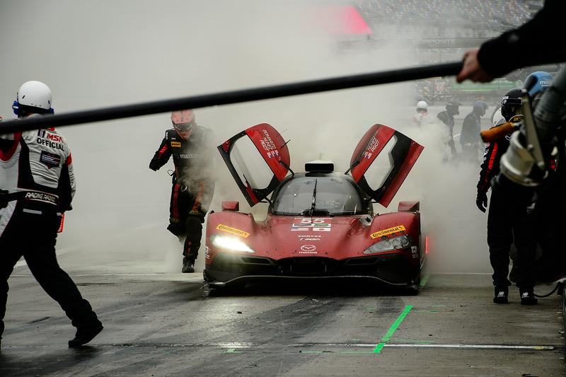 #55 Mazda Motorsports Mazda DPi: Jonathan Bomarito, Tristan Nunez, Spencer Pigot, fugo en los pits