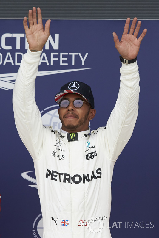 Ganador de la pole Lewis Hamilton, Mercedes AMG F1, celebra