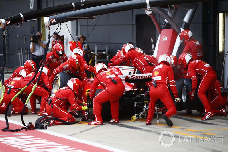 Sebastian Vettel, Ferrari SF70H, effettua il suo primo pit stop