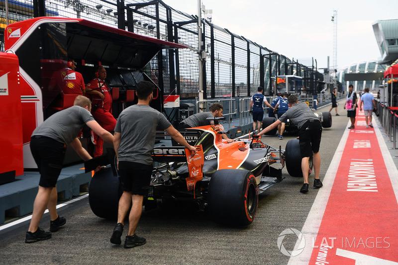 McLaren mechanics, McLaren MCL32, in der Boxengasse