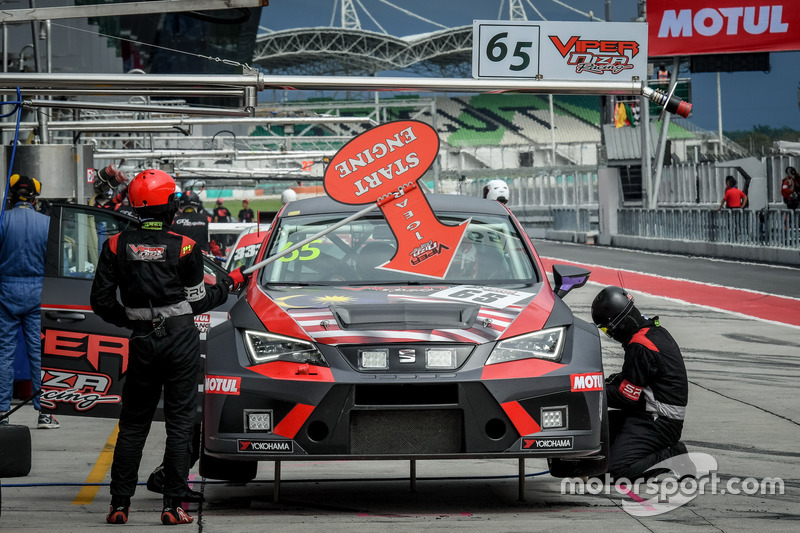 Pit stop, #65 Viper Niza Racing, Seat Leon TC: Douglas Khoo, Naoto Takeda, Takuya Shirasaka, Ate Dirk De Jong