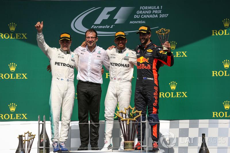 Подиум: победитель Льюис Хэмилтон и обладатель второго места Валттери Боттас, Mercedes AMG F1, треть