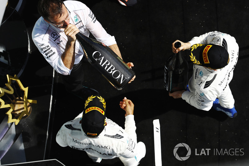 Lewis Hamilton, Mercedes AMG F1, celebra su victoria en el podium, Valtteri Bottas, Mercedes AMG F1