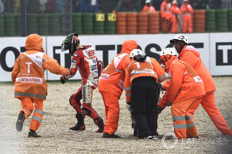 Jorge Lorenzo setelah terjatuh saat memimpin