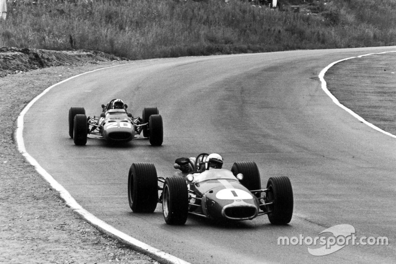 Jack Brabham, Brabham BT24-Repco, lidera a Chris Amon, Ferrari 312