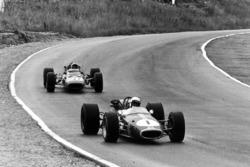 Jack Brabham, Brabham BT24-Repco, devant Chris Amon, Ferrari 312