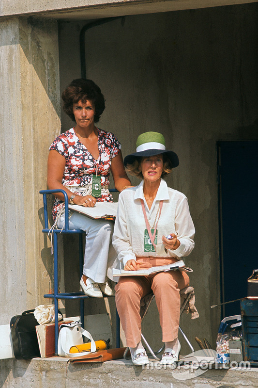 Bette Hill se encuentra en el muro de pits observando a su marido, Graham Hill