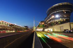 Start/Ziel-Gerade und Boxengasse in Le Mans am Abend