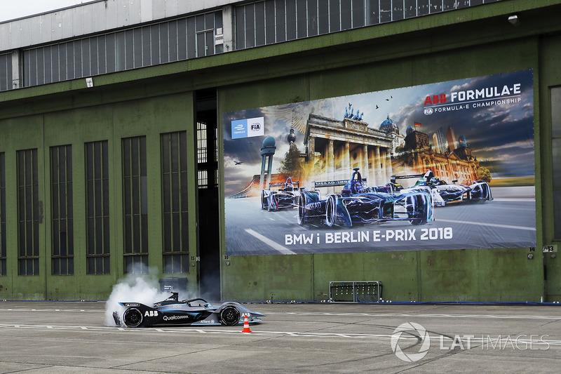 Kampiun Formula 1, Nico Rosberg, di depan Sirkuit Templehof