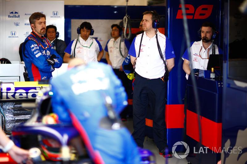 Toro Rosso STR13 Honda garage and engineers