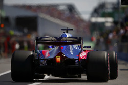 Brendon Hartley, Toro Rosso STR13, returns to the pit lane in qualifying