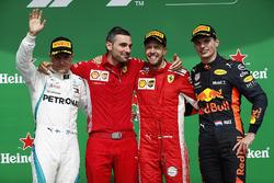 Sebastian Vettel, Ferrari, op het podium met Valtteri Bottas, Mercedes AMG F1 en Max Verstappen, Red Bull Racing
