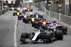 Valtteri Bottas, Mercedes AMG F1 W09, devant Esteban Ocon, Force India VJM11