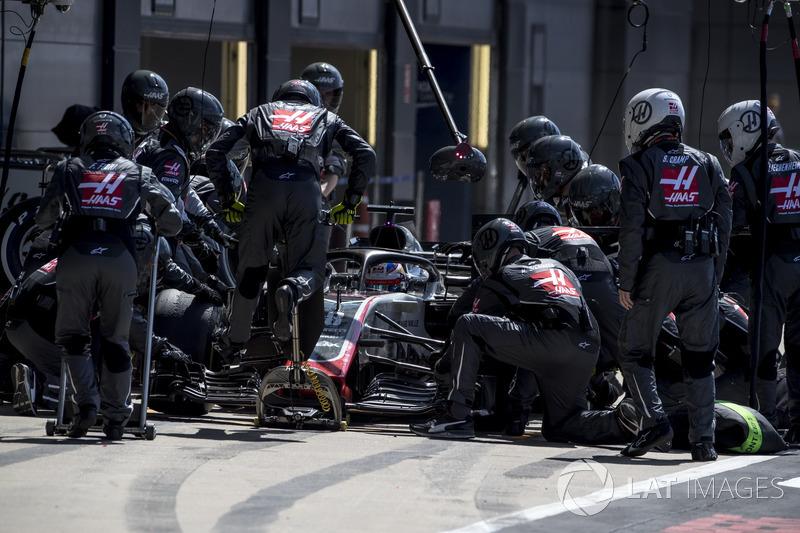 Romain Grosjean, Haas F1 Team VF-18, para en boxes