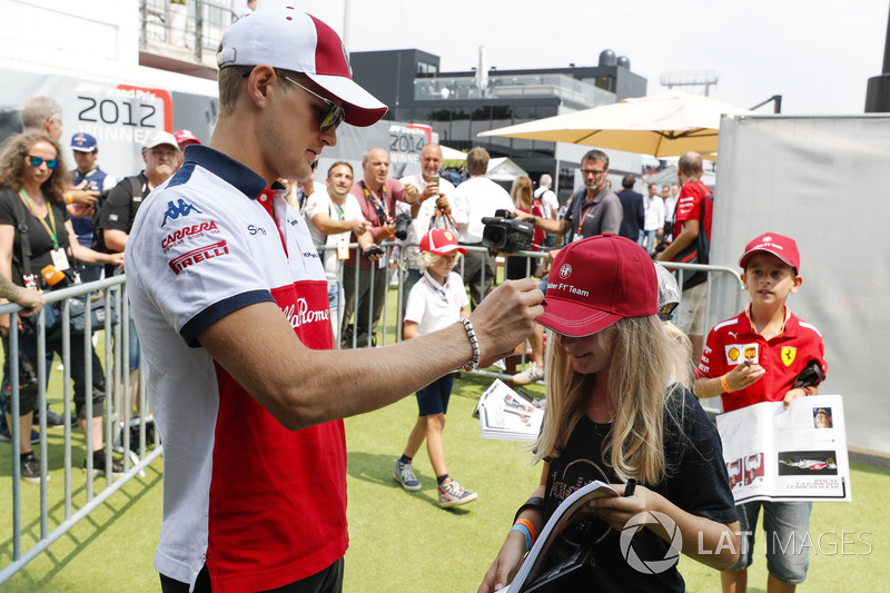 Marcus Ericsson, Sauber, signs autographs for young fans