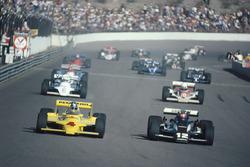Mario Andretti, Penske PC9, Johnny Rutherford, Chaparral, al inicio de la carrera