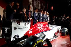 Marcus Ericsson et Charles Leclerc, Sauber, Jean Todt, président de la FIA, Chase Carey, directeur exécutif du Formula One Group, Sergio Marchionne, PDG de FIAT, Frédéric Vasseur, team principal Sauber