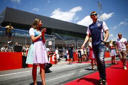 Grid Girl con abiti tradizionali ai lati del corridoio che i piloti percorrono prima della drivers parade, mentre Sergey Sirotkin, Williams Racing, passa