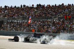Romain Grosjean, Haas F1 Team VF-17, ha un violento bloccaggio