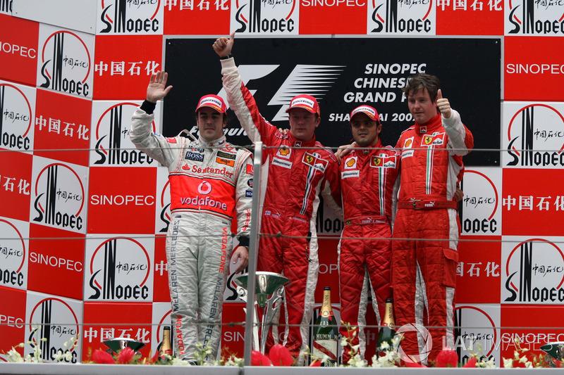 Podio: il secondo classificato Fernando Alonso, McLaren, il vincitore della gara Kimi Raikkonen, Ferrari, il terzo classificato Felipe Massa, Ferrari e Rob Smedley, ingegnere di pista Ferrari