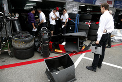 Un membro del team nel garage di Nico Müller, Audi Sport Team WRT, Audi R8 LMS