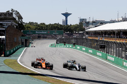 Lewis Hamilton, Mercedes-Benz F1 W08 and Fernando Alonso, McLaren MCL32 battle