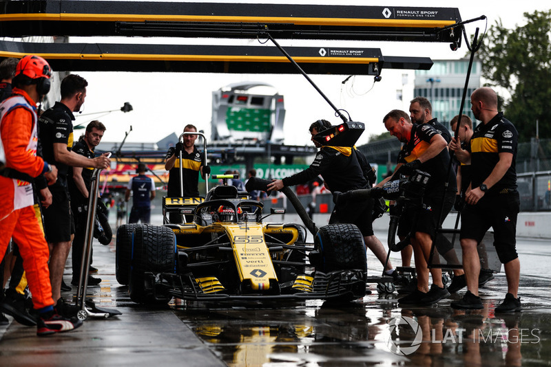 Carlos Sainz Jr., Renault Sport F1 Team RS 18, in the pits