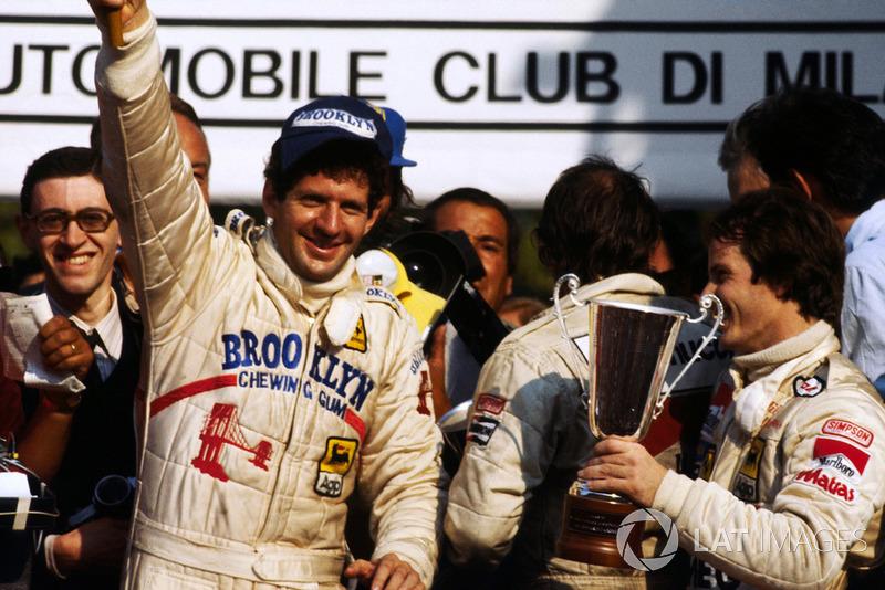 Le Champion du monde Jody Scheckter, fête son titre sur le podium avec Gilles Villeneuve, Ferrari