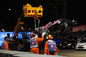 I marshal rimuovono la monoposto danneggiata di Esteban Ocon, Racing Point Force India VJM11