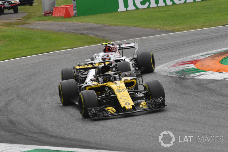 Nico Hulkenberg, Renault Sport F1 Team RS 18 and Charles Leclerc, Sauber C37 battle