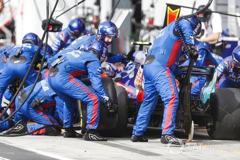 Pierre Gasly, Toro Rosso STR13 Honda, au stand