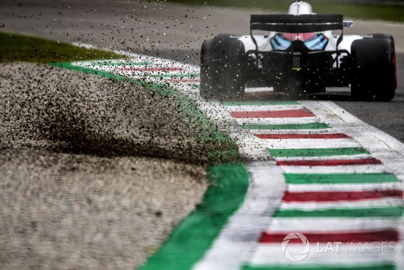 Sergey Sirotkin, Williams FW41, kicks up some gravel