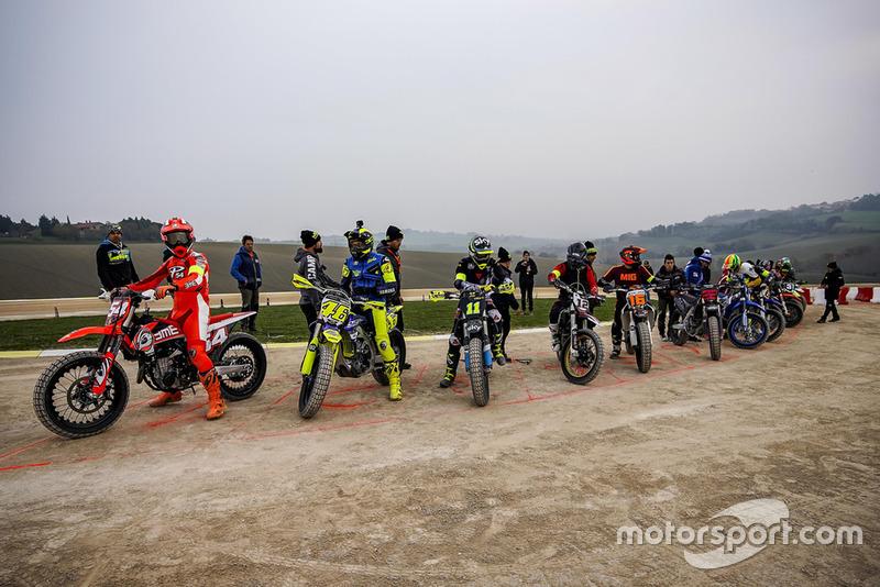Mattia Pasini, Valentino Rossi, Nicolo Bulega, Marco Bezzecchi, Andrea Migno e outros na largada