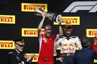 Carlos Santi, ingegnere di pista, Ferrari, alza il trofeo costruttori