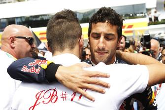 Daniel Ricciardo, Red Bull Racing, étreint Tom Bianchi
